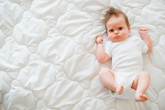 毛布の上に横たわるかわいい赤ちゃん 無料写真