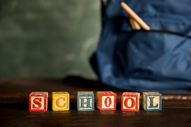 木製の立方体の単語学校 無料写真