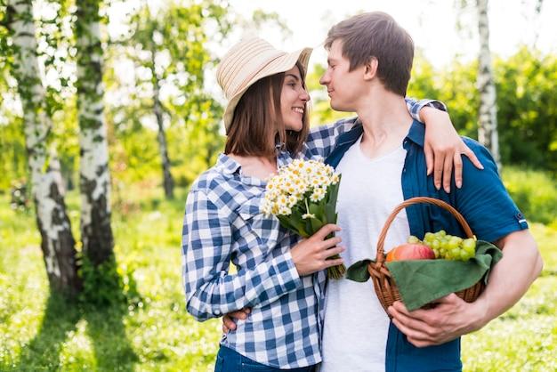 公園でお互いを楽しんでいる恋人たち 無料写真