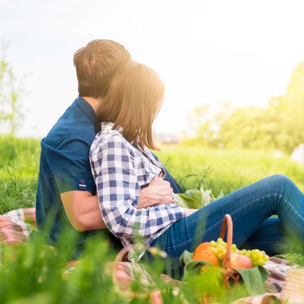 Влюбленные хорошо проводят время на пикнике на поле Бесплатные Фотографии