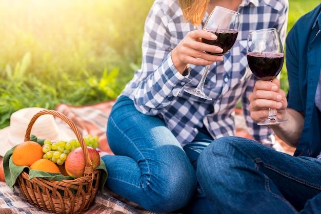 カジュアルなカップルのピクニックに赤ワインを飲む 無料写真
