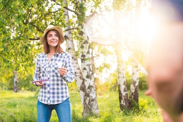 美しい女性が公園でバドミントン 無料写真