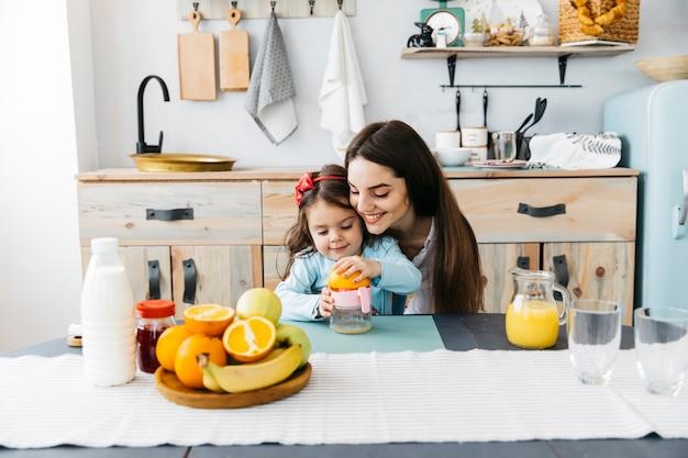 Мать завтрака дочи Бесплатные Фотографии