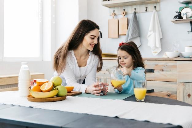 母と娘の朝食 無料写真