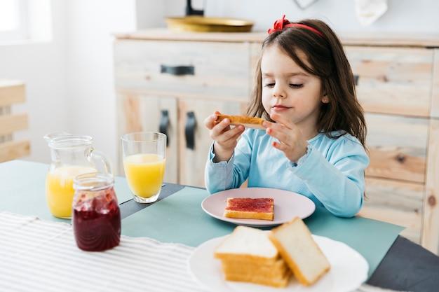 Маленькая девочка завтракает Бесплатные Фотографии