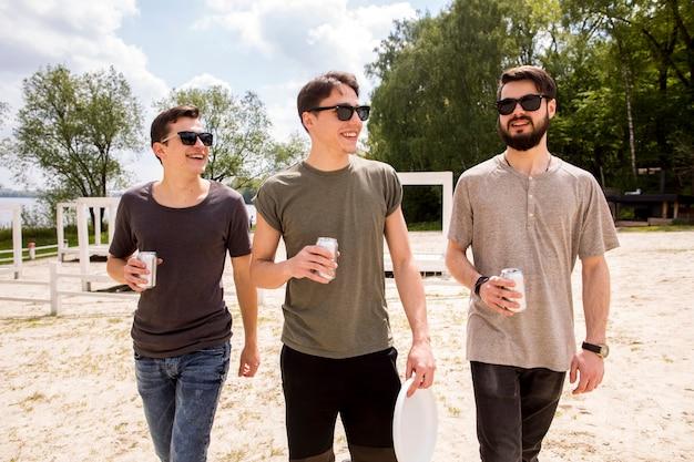 Друзья гуляют с пивом Бесплатные Фотографии