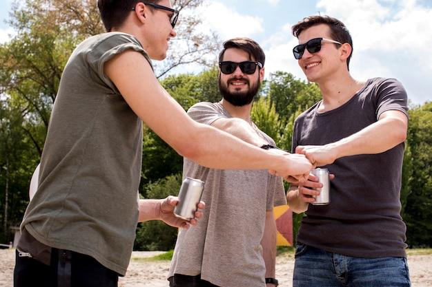 拳バンプを与える陽気な友達 無料写真