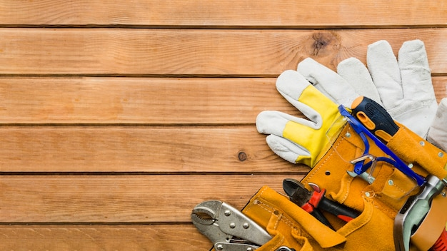 木製のテーブルの上の大工の道具 無料写真