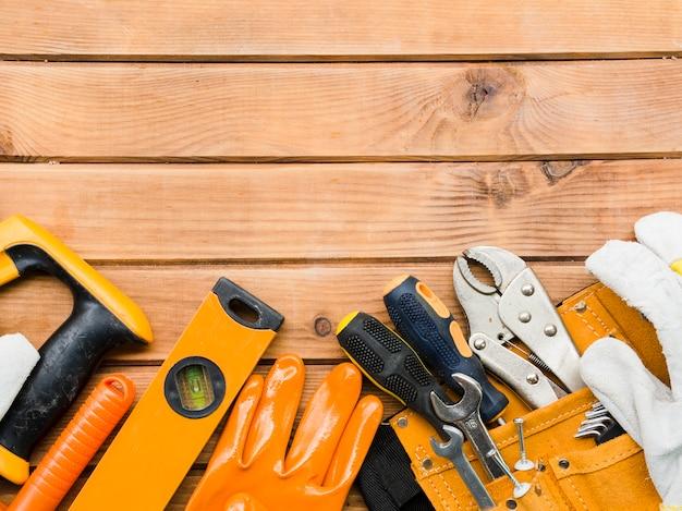 木製のテーブルに様々な大工道具 無料写真