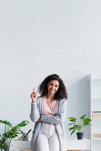職場で上向き幸せなブルネットの女性 無料写真