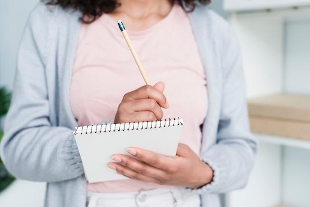 Молодая женщина, писать в блокноте Бесплатные Фотографии