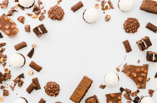 白い背景の上のチョコレート菓子 無料写真