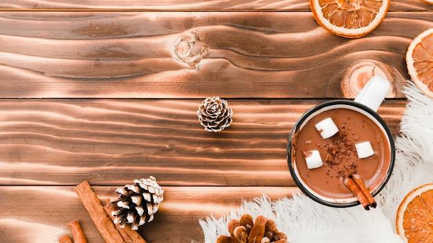 木製の背景にマシュマロとホットチョコレート 無料写真