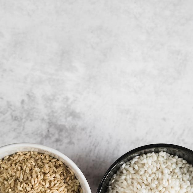 Чаши с рисом на белом столе Бесплатные Фотографии