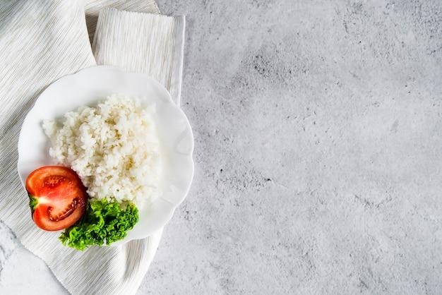 トマトとパセリの白いナプキンにご飯 無料写真