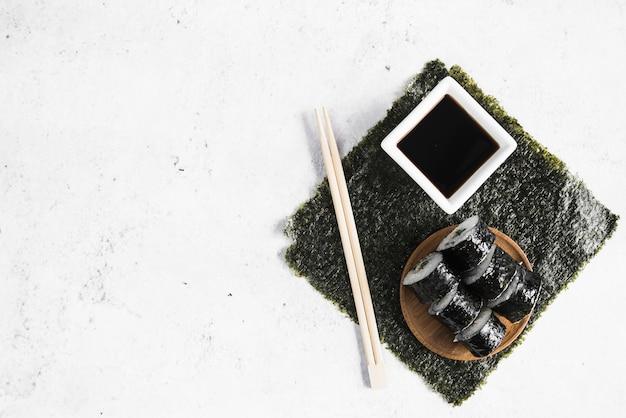醤油と箸で巻き寿司 無料写真
