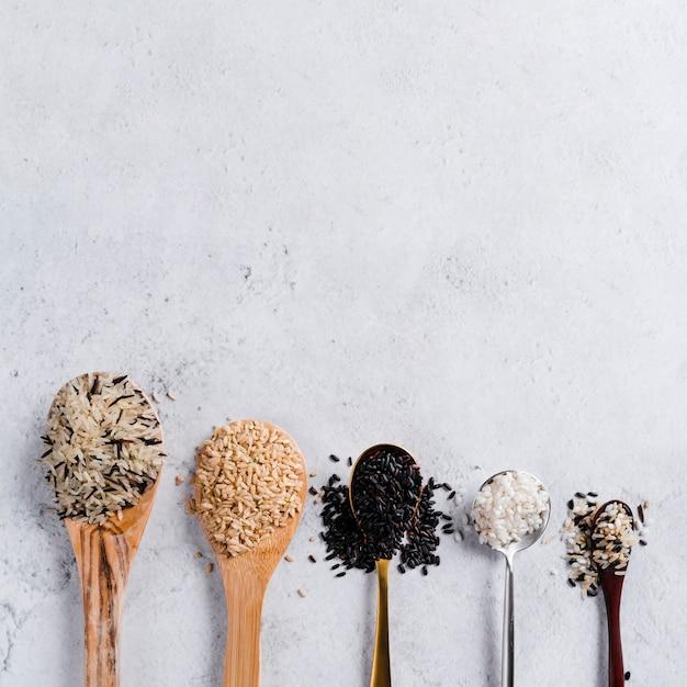 様々な種類の米のスプーン 無料写真