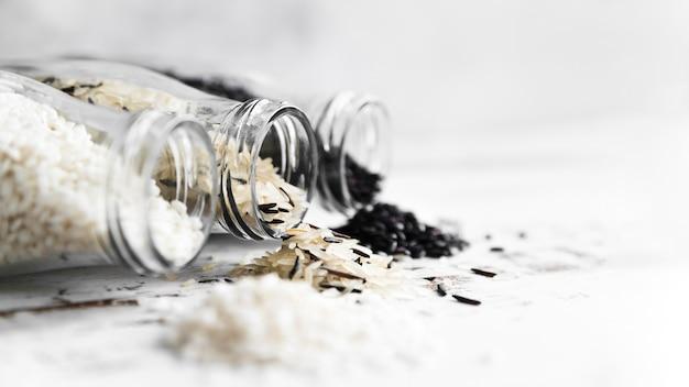 米の種類が異なるボトルの組成 無料写真
