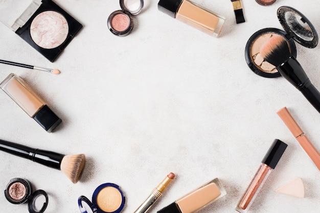 軽い表面に化粧用のさまざまな製品のセット 無料写真