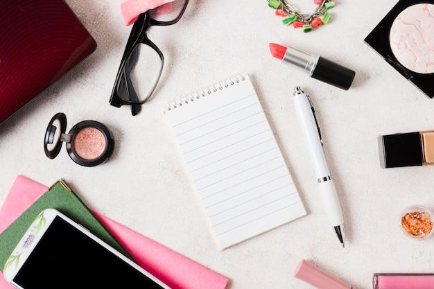 メイクアップ化粧品や文房具の構成 無料写真