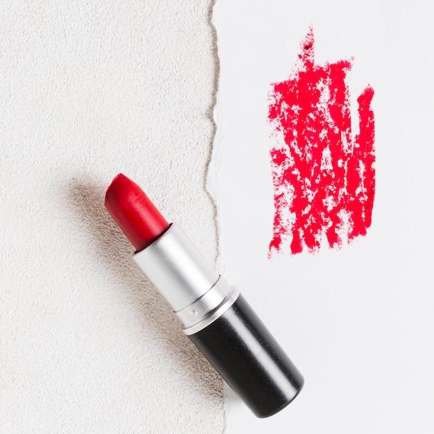赤い口紅管を開き、紙のシートに汚れ 無料写真