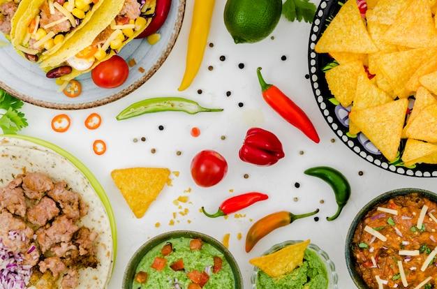 白いテーブルの上のメキシコ料理 無料写真