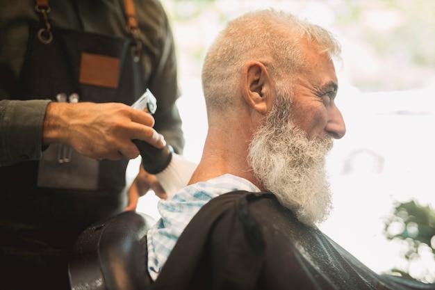 サロンで散髪を修正するヘアスタイリスト 無料写真