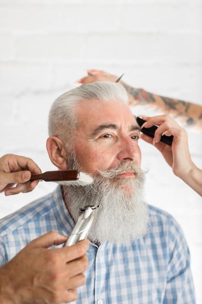 Старший клиент получает уход за волосами и бородой Бесплатные Фотографии