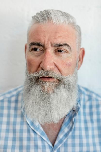 理髪店で髪をグルーミングした後老人 無料写真