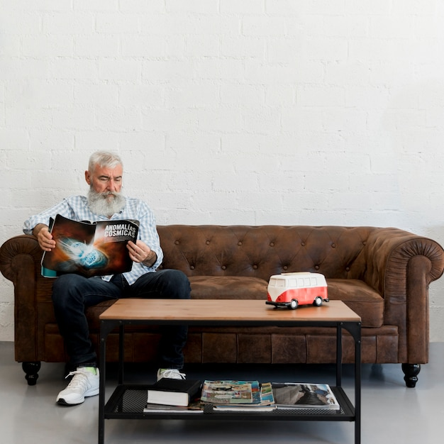 Бородатый пожилой мужчина сидит в парикмахерской Бесплатные Фотографии