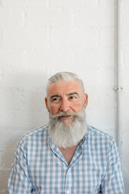 サロンのシャツでおしゃれなひげを生やした年配の男性 無料写真