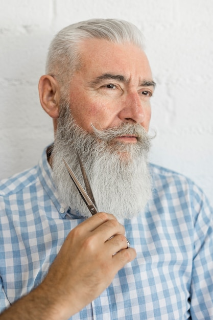 Стрижка бородатого мужчины в студии Бесплатные Фотографии