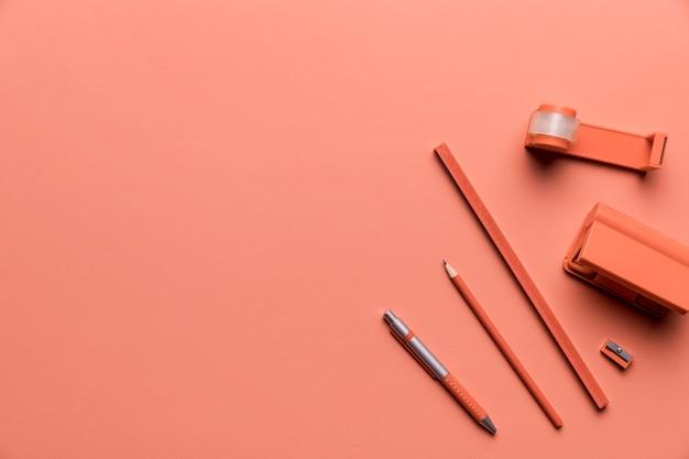 ピンク色の勉強用品の構成 無料写真