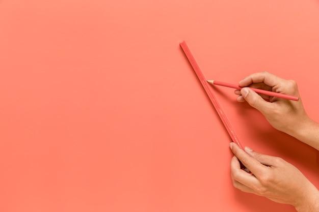 匿名の人が鉛筆で線を引く 無料写真