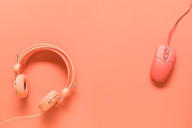 Наушники и мышь на оранжевом фоне Бесплатные Фотографии