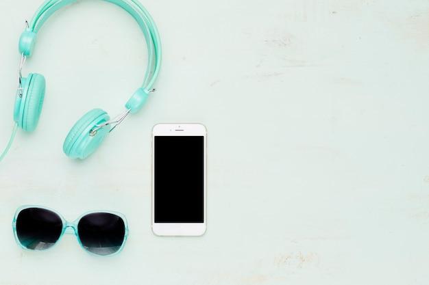 Телефон и летние аксессуары на светлом фоне Бесплатные Фотографии