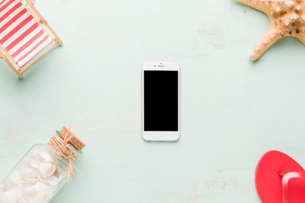 Пляжная композиция с смартфон на светлом фоне Бесплатные Фотографии