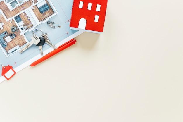 家モデルと白い背景で隔離の青写真とキー 無料写真