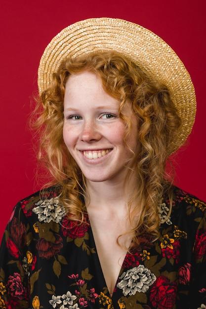魅力的な若い生姜女笑顔とカメラ目線 無料写真