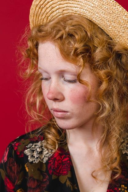 下へ見ている赤い頬生姜若い女性 無料写真