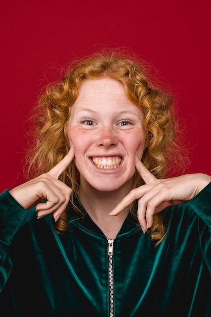 面白い生姜若い女性の顔とこぼれるような笑顔を作る 無料写真