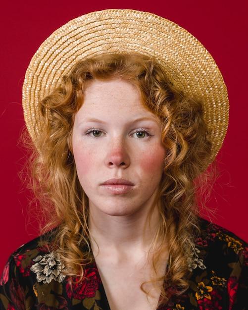 カメラを見て赤い頬若い生姜女性 無料写真