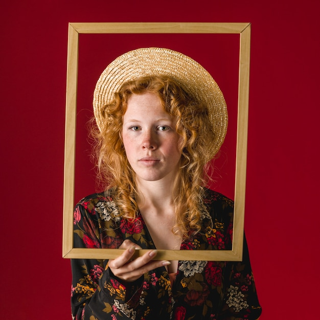 生姜思いやりのある若い女性の額縁を保持 無料写真