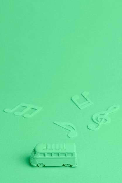 おもちゃのバスと音符と緑の背景 無料写真