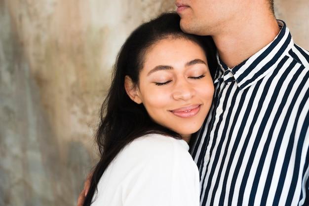 ボーイフレンドにもたれて若い美しい笑顔の女性 無料写真