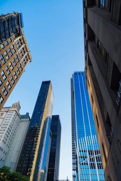 夕日の街並みの下からガラスの高層ビル 無料写真
