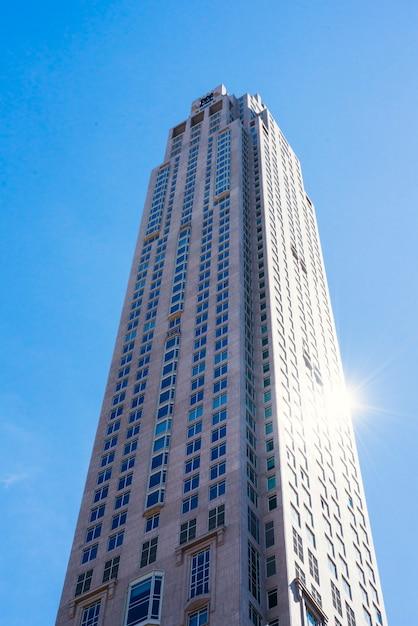 青い空を背景に高層ビル 無料写真