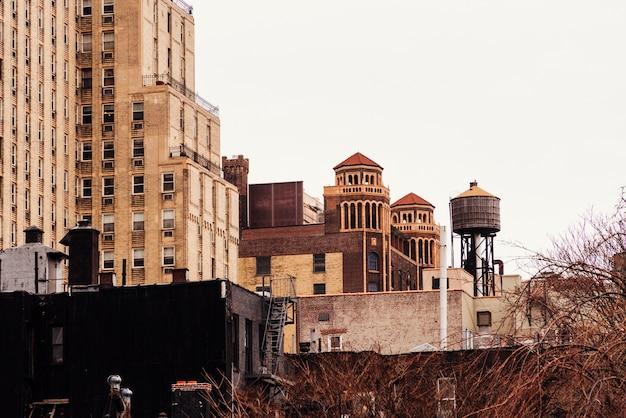 古い建物と給水塔 無料写真