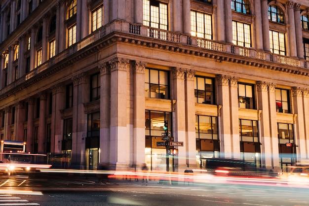 歴史的建造物の背景に車からのライト 無料写真