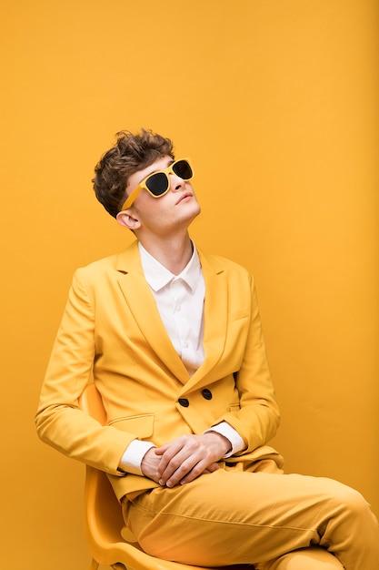 Портрет молодого человека в желтой сцене Бесплатные Фотографии